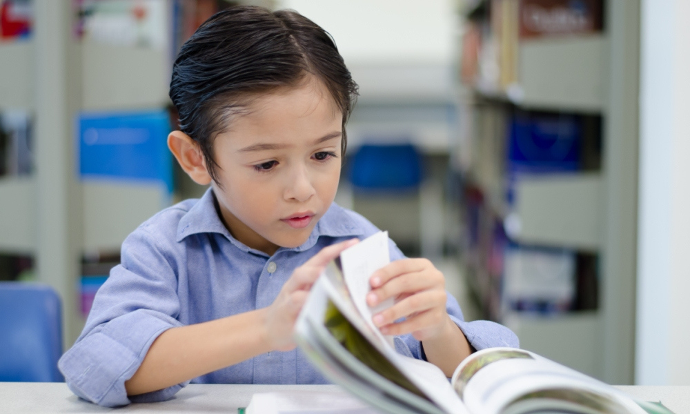 How does oral vocabulary knowledge help children learn to read?